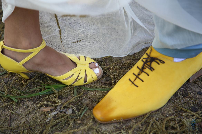 כבר סיכמנו שצהוב מושלם, לא? אם החתן אמיץ ונועז כמוך, למה לא להתאים נעליים?