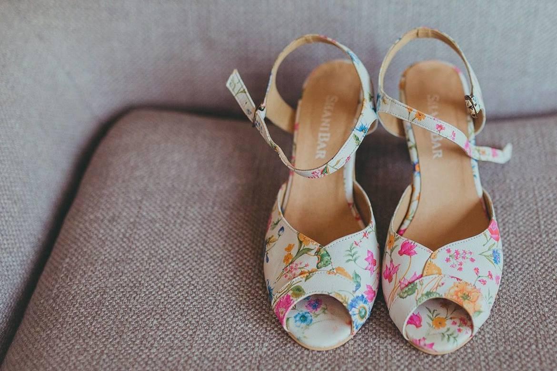 פרחוני שהולך עם הכל, ותנצלי גם הרבה אחרי החתונה. הנעליים של שני בר