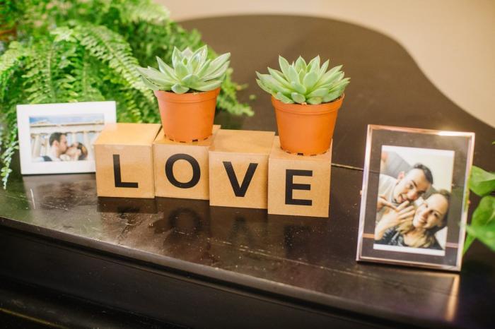 אלמנטים דקורטיביים עם המילה Love