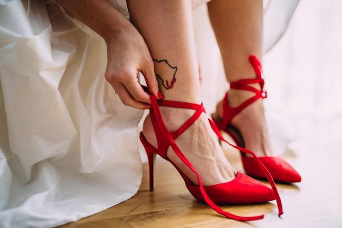 נעליים אדומות לכלה