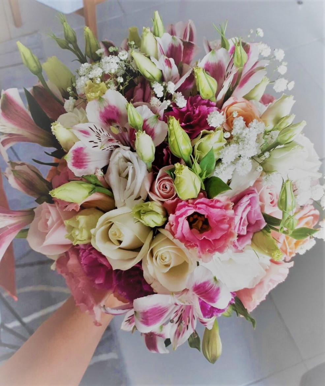 זר כלה עם פרחים אביביים