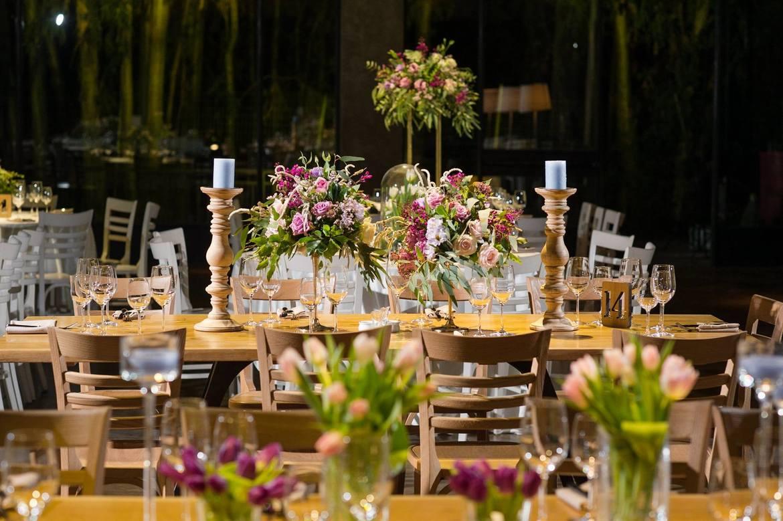 השולחנות מעוצבים כמו לוח שלם בפינטרסט - פרחים בצירופים מושלמים.
