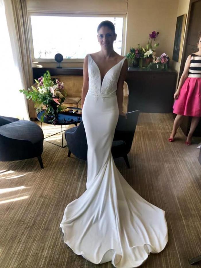 הגר בשמלה קלאסית רגע לפני החתונה