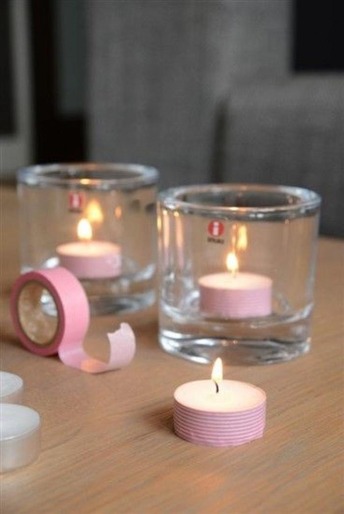 קשטו את הנרות בנייר דביק מעוטר