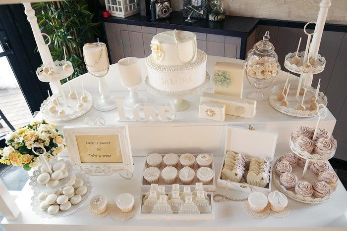 עוגת חתונה ושולחן קינוחים שכולו לבן :)