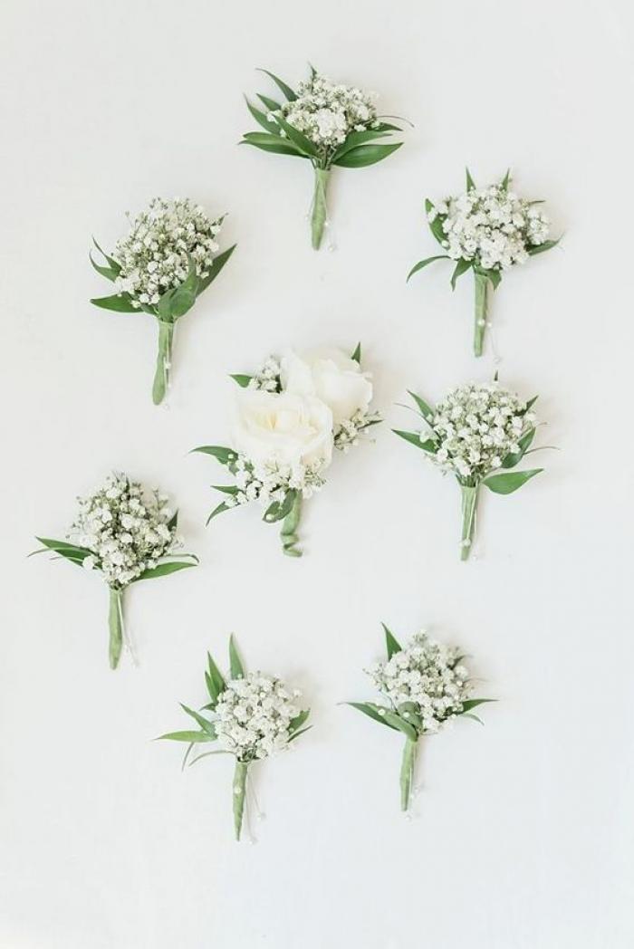 עוד רעיון לטאצ' לבן לחתן - דש פרחים לבנים לחליפה...