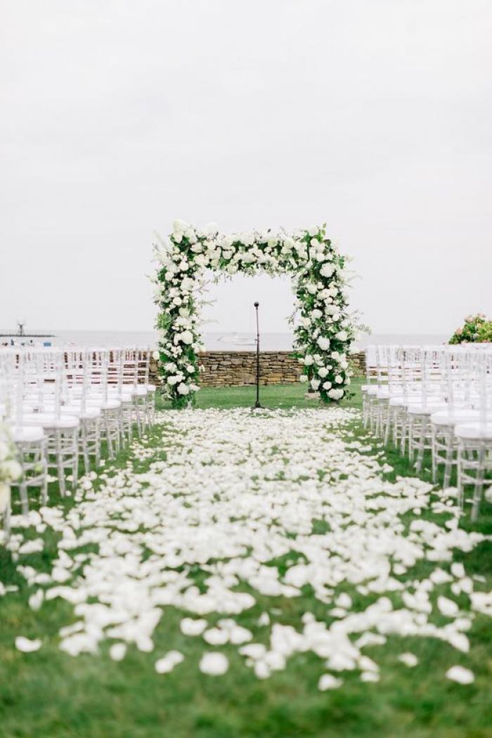 חופה לבנה - שילוב של פרחים ושביל לבן וקסום של עלי כותרת