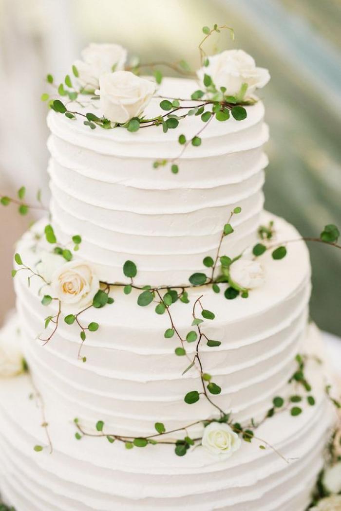 עוגת חתונה לבנה עם טאצ' עדין של צבע