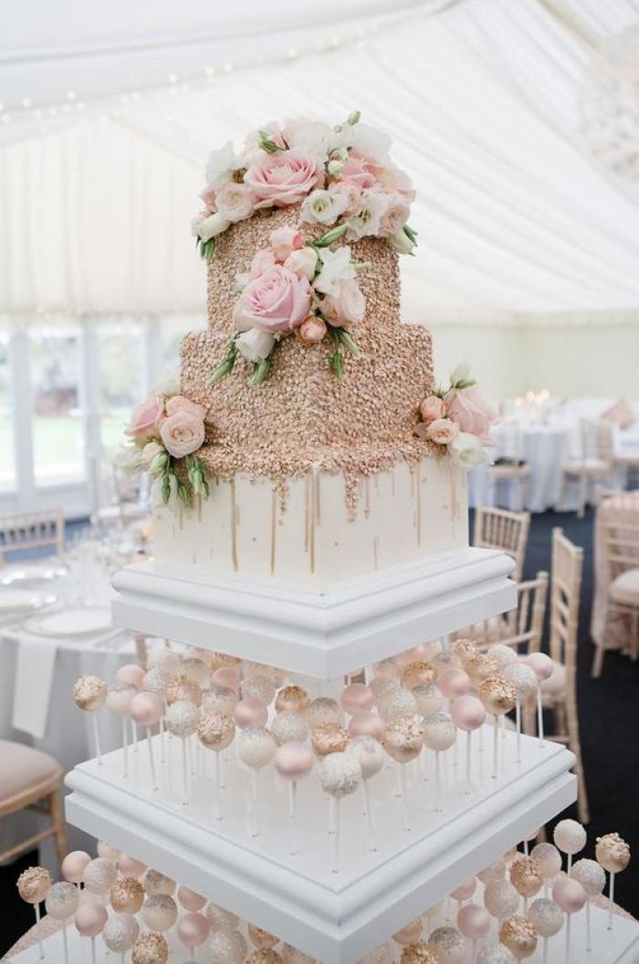 שילוב של עוגה וקינוחים בלבן עם צבעי ורוד ואפרסק פסטליים