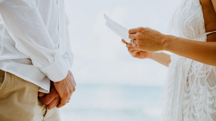 המדריך האולטימטיבי לכתיבת נדרי אהבה לחתונה